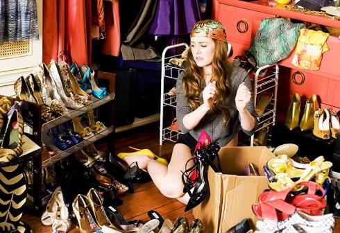 """Tủ quần áo của Rebecca được ví như """"chốn thiên đường"""", bởi đây cũng niềm mơ ước của bao cô gái khi chiêm ngưỡng hàng loạt những đôi giầy cao gót của các nhãn hiệu danh tiếng như Christian Louboutin, Dior, Jimmy Choo v..v… với đủ kiểu dáng và đa sắc màu."""