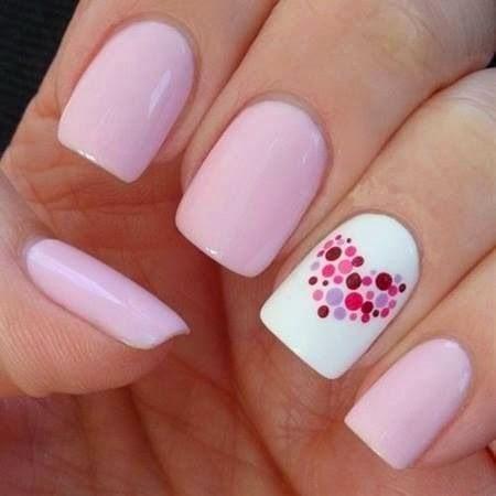 Màu móng pastel ngọt ngào nhưng chấm phá màu trắng vẽ trái tim tạo điểm nhấn