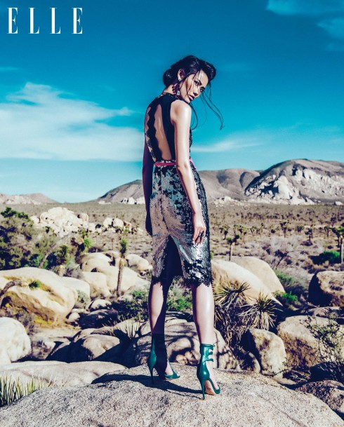 Đầm đính sequin Valenciani. Áo da metallic Lamarque. Sandals da Oscar Tiye. Nhẫn thủy tinh, pha lê Erickson Beamon Rocks.