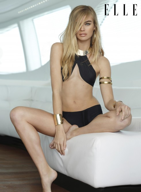 Bikini hai mảnh với vòng cổ vàng Oye Swimwear. Hoa tai, vòng tay Fashion Stories.
