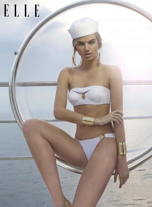 Áo bơi Gianni Versace. Mũ thủy thủ YOQS. Hoa tai, vòng tay vàng Fashion Stories. Giày Blue Ibiza (at Marina Port of Ibiza).