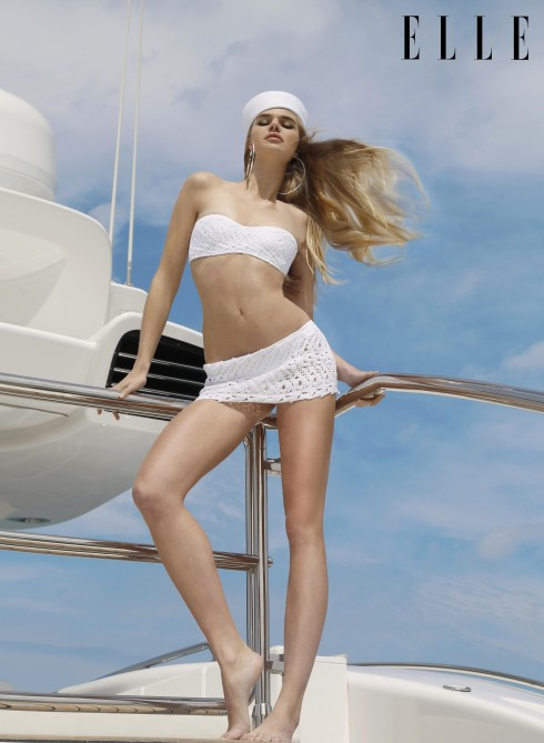 Bikini hai mảnh Ermanno Scervino. Hoa tai Fashion Stories.