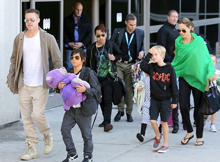 Brad Pitt, Angelina Jolie và các con tại sân bay trong chuyến du lịch cùng gia đình.
