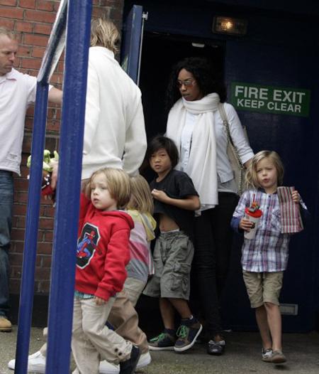 Để tránh gặp các nhà báo nên mấy bố con phải đi cổng sau của rạp chiếu.