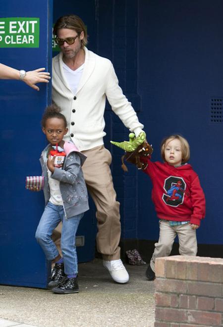 Brad Pitt dẫn các con đi xem phim Các chú cánh cụt Popper.