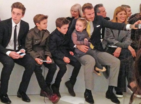 """Hay là giây phút đáng yêu khi anh chụp ảnh """"tự sướng"""" với các con của mình tại 1 event."""