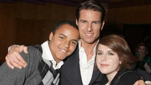 Tấm ảnh cùng 2 con nuôi cô con gái Isabella và cậu con trai Connor.