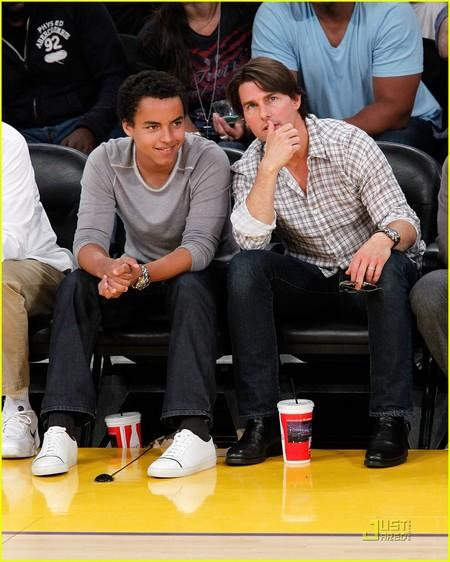 Tom đến xem một trận bóng cũng cậu con trai riêng -Conner.