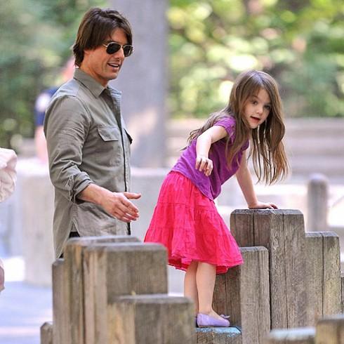 Tranh thủ vài tiếng đồng hồ nghỉ ngơi của mình, Tom lập tức dắt Suri đến công viên chơi.