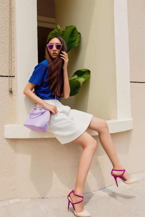 Bằng cách mix và match những phụ kiện mùa hè như mắt kính, nón, giày và túi xách khác nhau với cùng một bộ trang phục, Thanh Khoa mang đến sự tư vấn cho những lựa chọn đa dạng cho các bạn gái với những phong cách khác nhau.