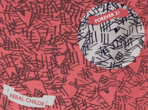 Mẫu hoa văn màu hồng là của Feral Childe vs mẫu màu trắng của Forever 21