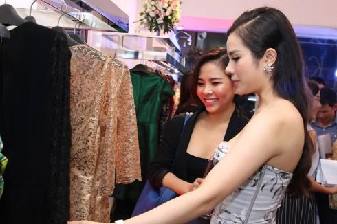 Cô chủ Châu Phạm hướng dẫn khách chọn lựa trang phục