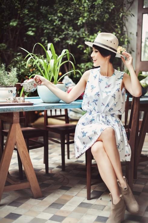 Kathy cũng thích uống trà, tìm cảm giác thư thái từ bên trong và trang phục phải luôn bộc lộ được những yếu tố bên trong mình.