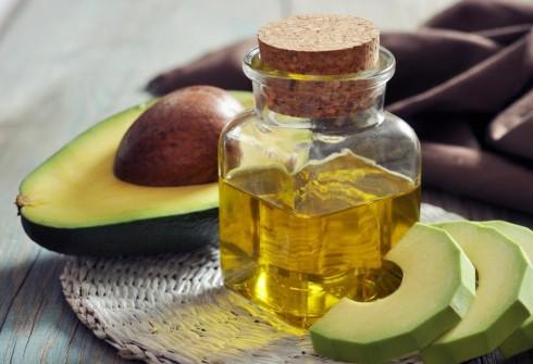 Kết hợp bơ cùng dầu olive cho da khô trở nên mịn màng