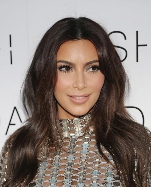 Kể cả khi không tham dự sự kiện, cô vợ nóng bỏng của Kanye West vẫn dùng mi giả.