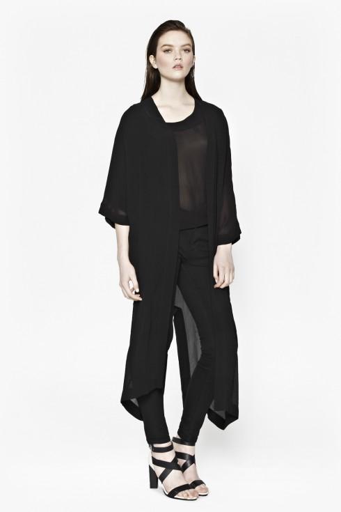 Còn nếu bạn thực sự thích diện một cây đen hoàn toàn, một chiếc kimono trơn cùng màu vẫn tạo được ấn tượng riêng biệt.