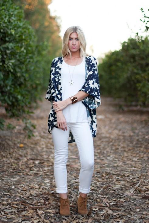 Bạn thích mặc all black hoặc all white? Một chiếc kimono có họa tiết nổi bật và màu sắc tương phản sẽ tạo điểm nhấn cho trang phục của bạn.