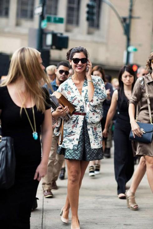Quấn thắt lưng bên ngoài chiếc kimono voan là một ý tưởng khá hay ho cho những cô nàng phá cách.