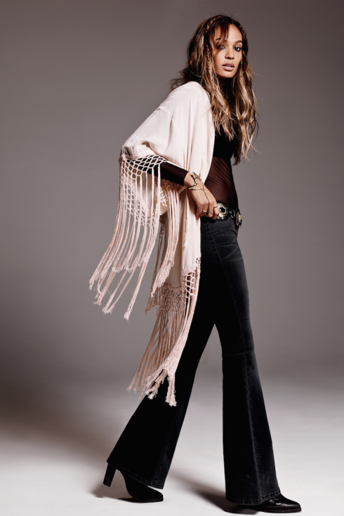 Mặc kimono tua rua với một chiếc quần rộng hoặc quần jeans ống loe để tạo nên cảm hứng boho thập niên 70s.