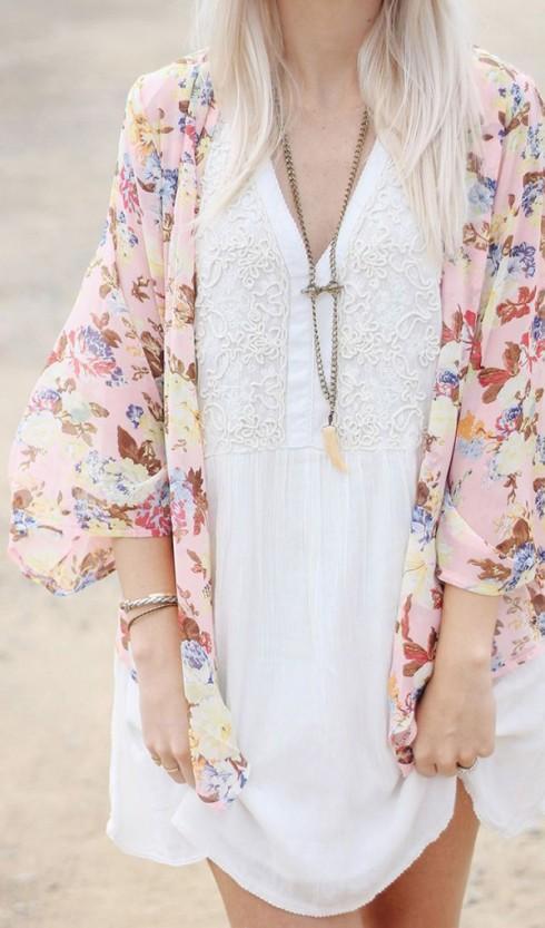 Váy ngắn đơn giản và kimono voan họa tiết hoa, bạn đang hướng tới sự thân thiện và nữ tính.
