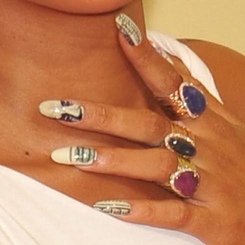 Rihanna nổi bật với bộ móng mang hoạ tiết đồng 100 Đô-la Mĩ tại giải thưởng âm nhạc MTV