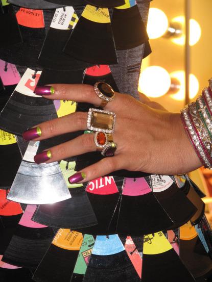 Trong buổi quay video cho ca khúc Rude Boy, Rihanna sử dụng kỹ thuật dán móng với sắc tím và xanh neon match với màu của bộ cánh của cô