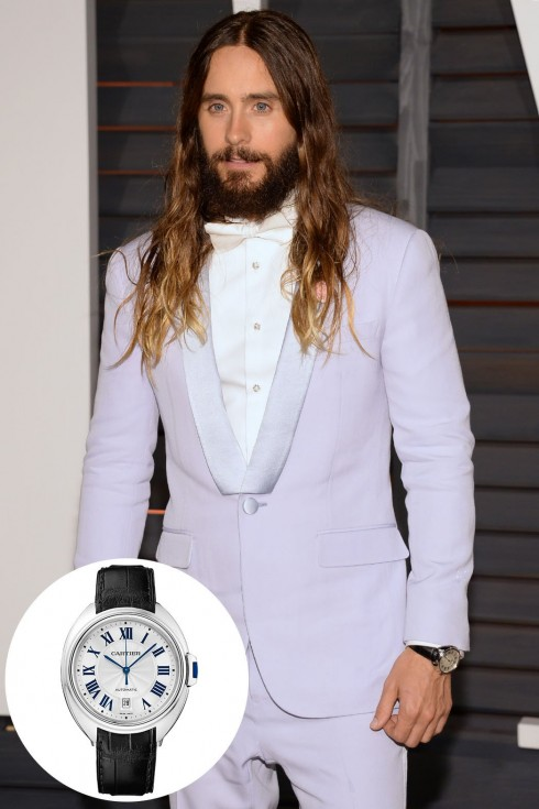 Ca sĩ Jared Leto đeo đồng hồ Clé de Cartier mặt 40 mm mới nhất của hãng trên thảm đỏ Oscar. Sản phẩm này hoàn toàn chưa được bán trên thị trường. Phiên bản mà Jared Leto đeo trên thảm đỏ Oscar được làm bằng vàng trắng 18K và có dây da, trị giá 21.000 USD (khoảng 448,5 triệu đồng)