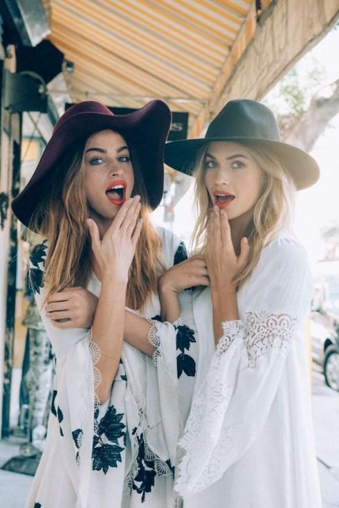 Bạn có thể kết hợp cùng những chiếc mũ fedora để hoàn thiện phong cách boho phóng khoáng