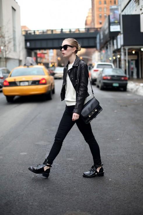 Áo khoác da và quần jeans sẽ là bộ đôi tuyệt vời dành cho những chuyến du lịch bụi