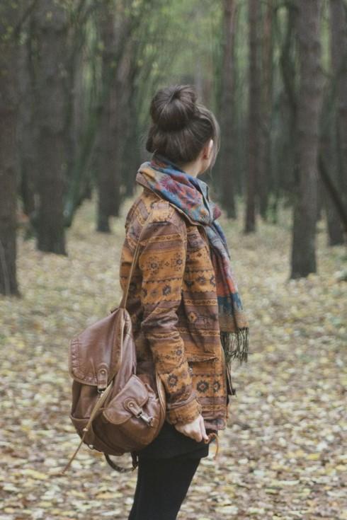 Một chiếc khăn quàng mỏng vừa giúp bạn che nắng gió vừa làm điệu cho bộ trang phục