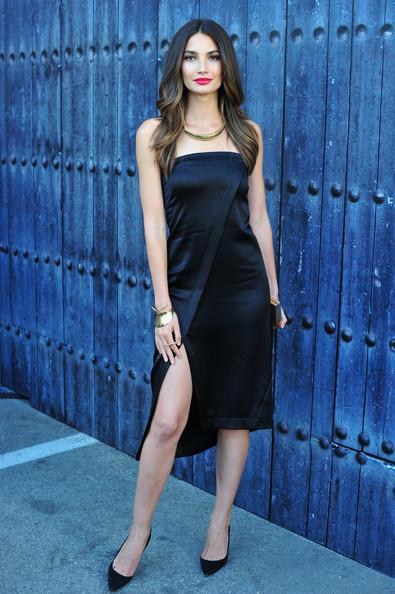 Trang phục tối màu, đơn giản, tinh tế và một đôi giày cao gót sẽ giúp bạn trông thanh mảnh hơn