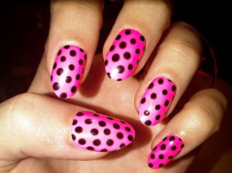 Ca sĩ Katy Perry nổi bật tại bữa tiêc đêm với bộ móng gam màu hồng dạ quang phối với chấm bi đen được cắt dũa khéo léo.