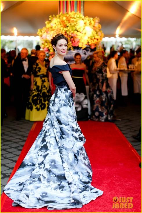 Emmy Rossum nữ tính và dịu dàng trong chiếc đầm của Carolina Herrera