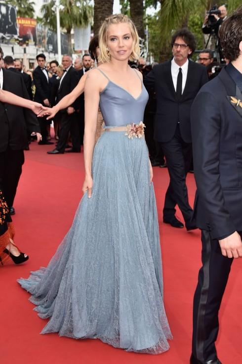 Sienna Miller trong chiếc váy dạ hội của Gucci