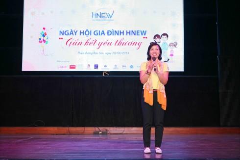 Chủ tịch HNEW – Bà Hà Thu Thanh chào đón các hội viên và gia đình tham dự sự kiện và chia sẻ các giá trị về Gia đình tại ngày hội.
