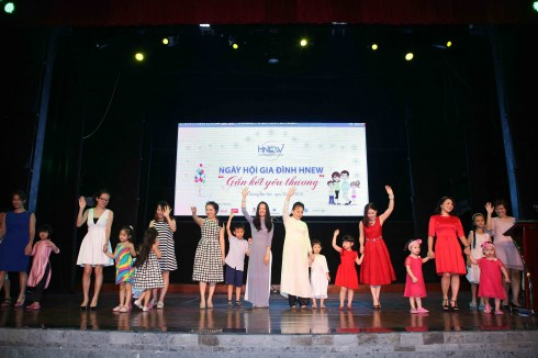 Màn trình diễn của các cặp bà cháu, mẹ con trên sân khấu tạo sự hào hứng cho cả hội trường.