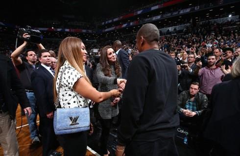 Beyonce đeo chiếc túi The Twist của LV khi đến tham dự trận bóng rổ và gặp gỡ với công nương Kate Middleton
