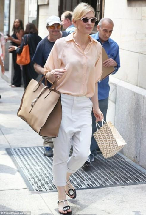 Cate Blanchett và túi Jackie da mềm cỡ to