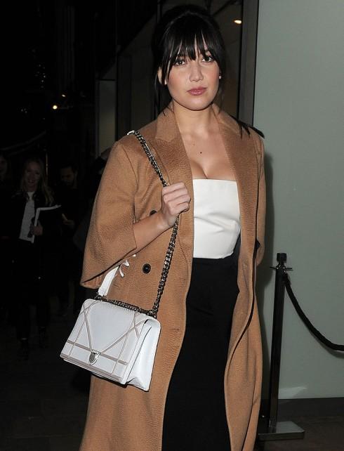 Người mẫu Daisy Lowe với chiếc túi Diorama cỡ to
