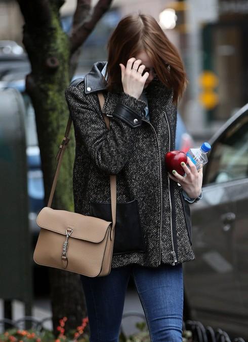 Diễn viên Emma Stone chọn túi Jackie dạng shouder bag có dây đeo dài