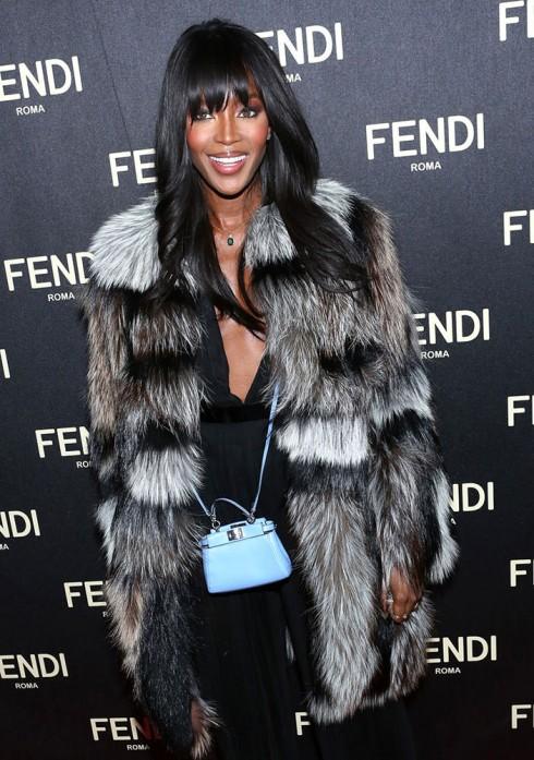 Naomi Campbell và chiếc túi Peek-a-book micro màu xanh