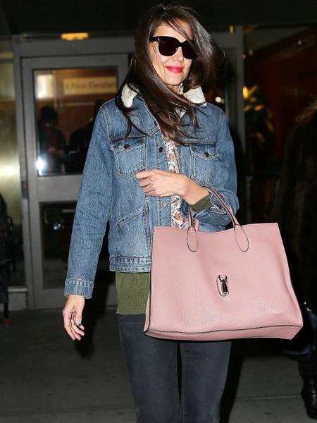 Katie Holmes cầm chiếc túi Jackie dạng tote bag cỡ to