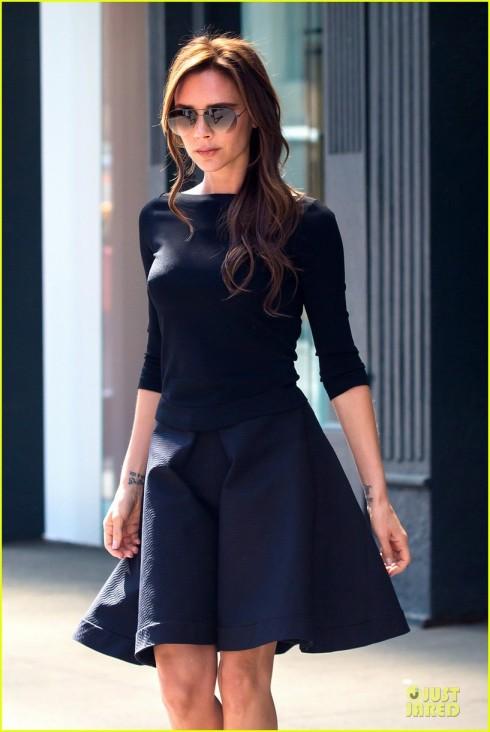 Áo thun tay lở đi cùng với chân váy xòe.