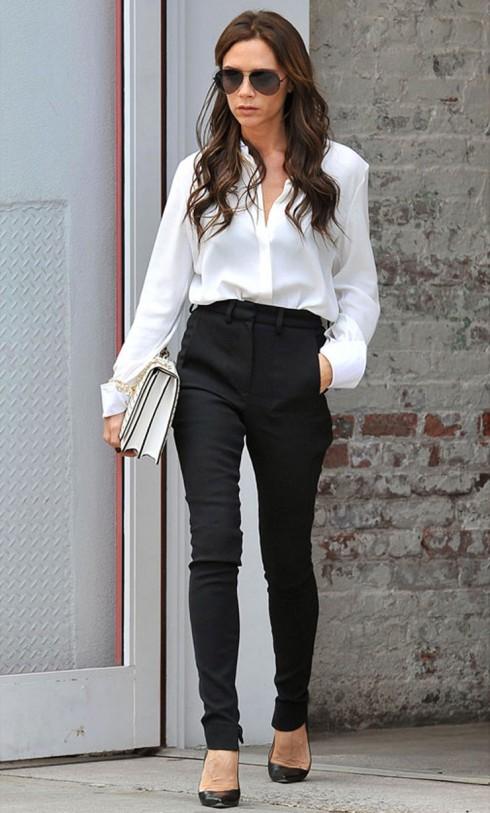Sơ mi trắng kèm skinny và giày cao gót là sự lựa chọn hàng đầu.