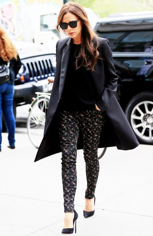 Style đồ nổi bật hẳn với chiếc legging hoa.