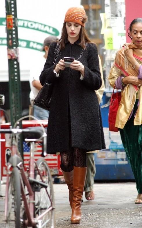 Áo khoác form dài chất chất liệu lông cừu Mông Cổ của Rebecca Taylor, bên trong là đầm nhung tím của Gucci, ví Chanel, giày boot cổ cao của Louboutin và nón đan để giữ ấm.