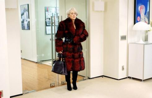Áo khoác lông cao cấp đỏ màu Bordeaux thương hiệu Izzy Cemilleri. Đầm đen chất liệu cashmere hiệu Ralph Lauren. Đi kèm Christian Louboutin boot và túi da của Gucci.