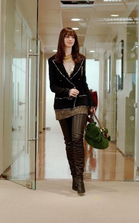 Áo khoác jacket Chanel phối nhẹ nhàng với mini juyp của Kristina Ti. Vòng cổ vàng nhiều tầng làm điểm nhấn.