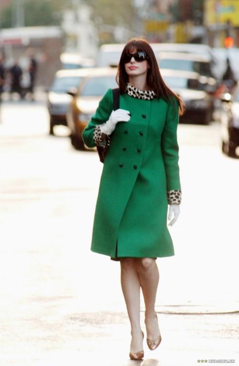 Mắt kính Chanel Model 6014, tròng xám và gọng đen. Áo bành tô chất liệu len, thiết kế cổ áo bằng họa tiết báo đốm. Giầy cao gót của Giuseppe Zanotti.