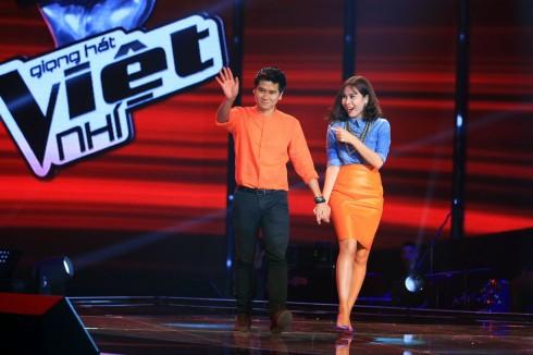 """Cặp đôi Hồ Hoài Anh - Lưu Hương Giang """"nắm tay nhau"""" ngồi vào vị trí Huấn luyện viên chương trình The Voice Kids năm 2013"""